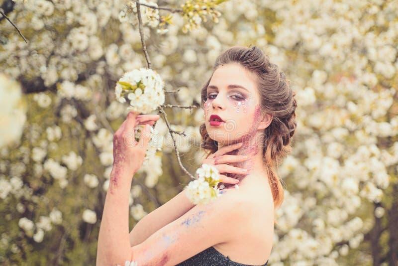 不可能的气味 自然美人温泉疗法 春天假期 天气预报面孔和skincare 健康s妇女 免版税库存照片