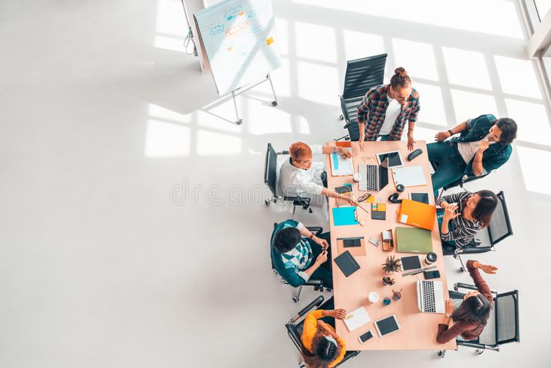 不同种族的不同的小组队会议讨论的企业工友,有拷贝空间的顶视图现代办公室