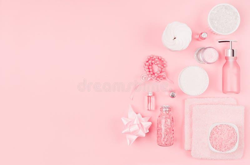 不同的化妆品和辅助部件在桃红色和银色颜色在软的浅粉红色的背景,拷贝空间,顶视图 库存照片