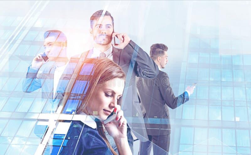不同的经理谈话在智能手机 免版税库存照片