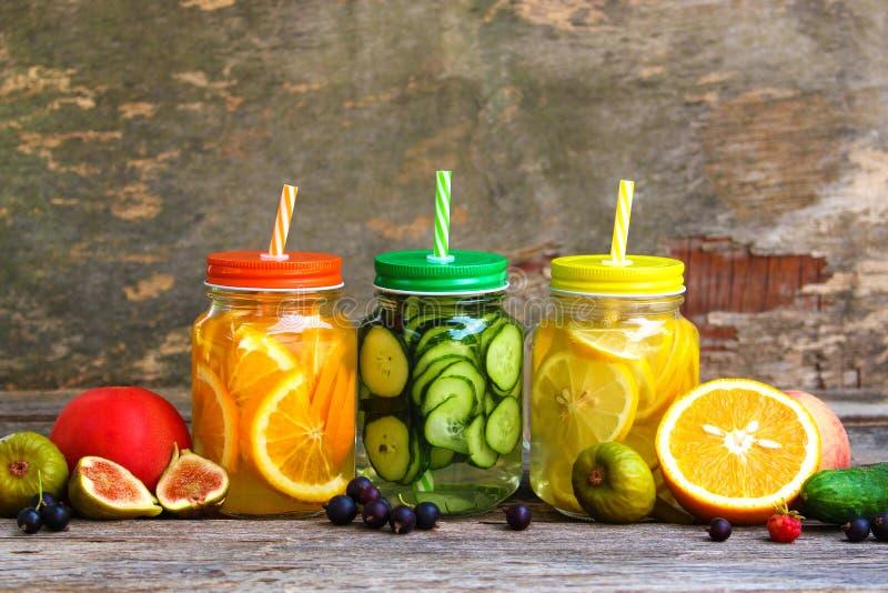 不同的饮料、水果和蔬菜 免版税图库摄影