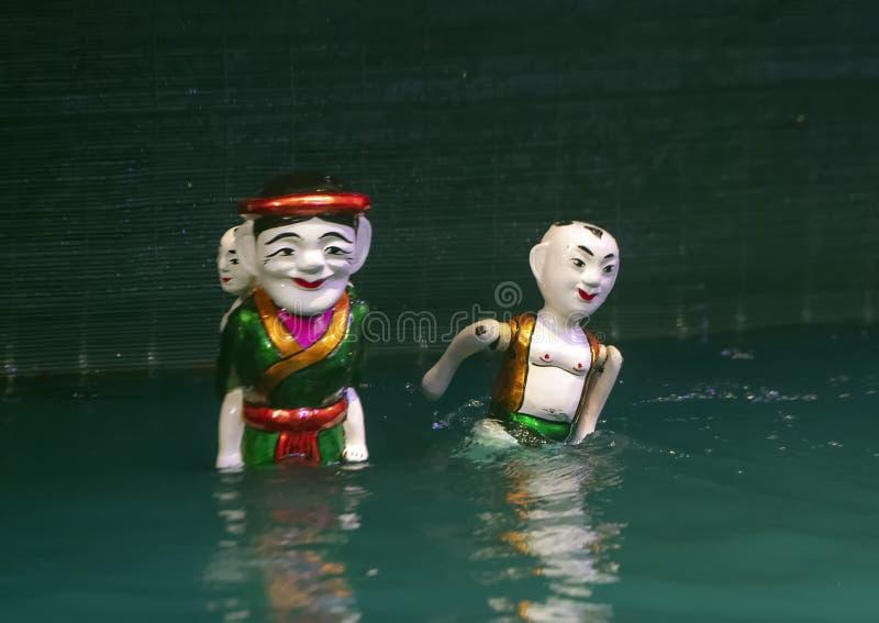两个人和儿童水木偶在Thang长的水木偶剧院,河内,越南 图库摄影
