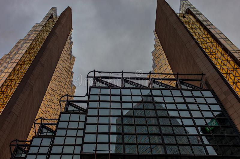 两个美丽的对称大厦在市中心 现代建筑学街市多伦多 图库摄影
