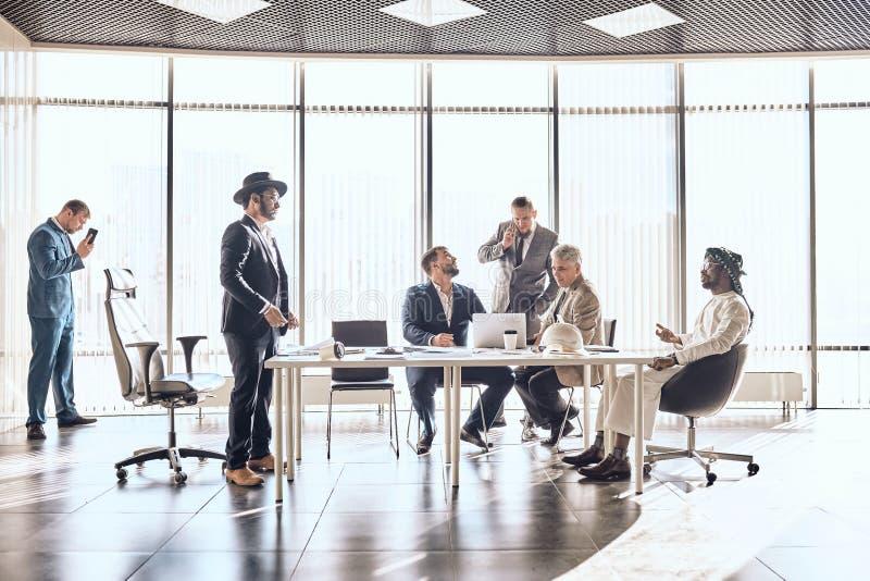两家成功的企业是discussinga合同 免版税库存图片
