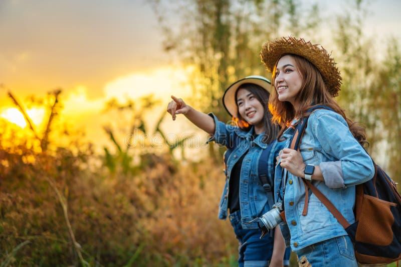 两有背包的女性游人在乡下 免版税库存照片