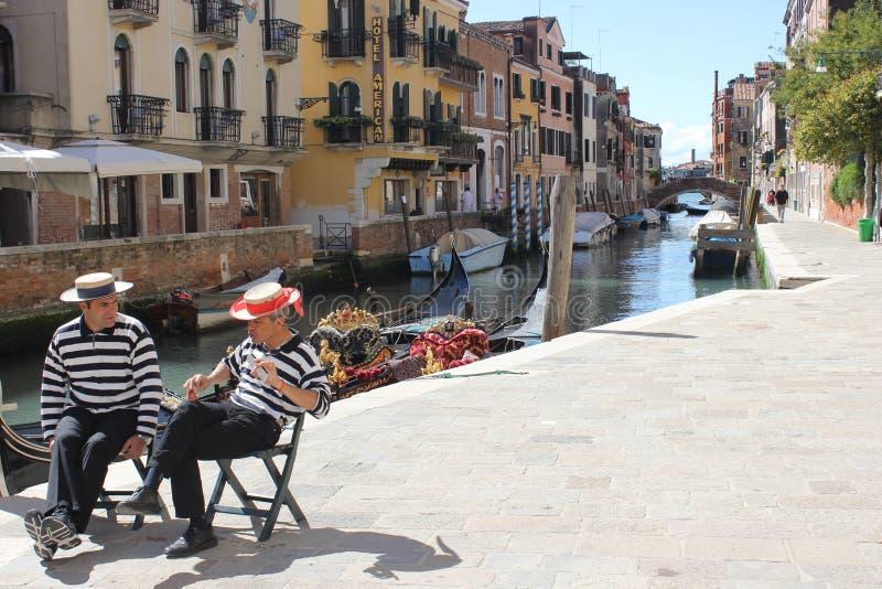 两长平底船人人谈话在威尼斯坚尼街 图库摄影