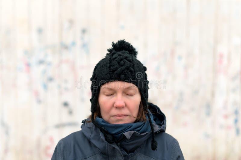 严肃的妇女画象有在街道上闭上的眼睛的 图库摄影