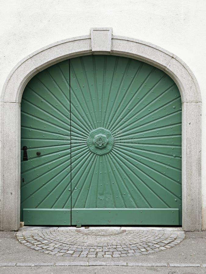 中世纪城内住宅的一历史的老正门,太阳主题 图库摄影