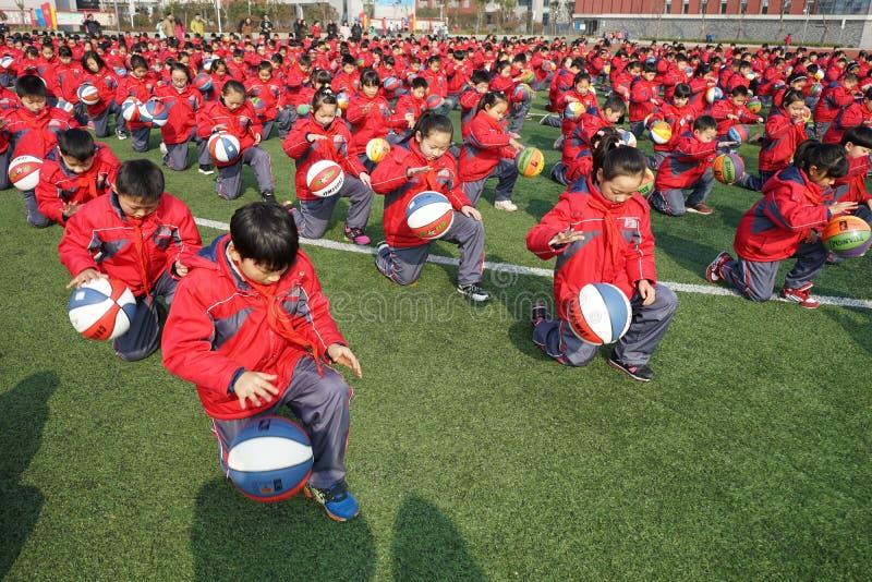 中国学生做篮球体操 库存图片