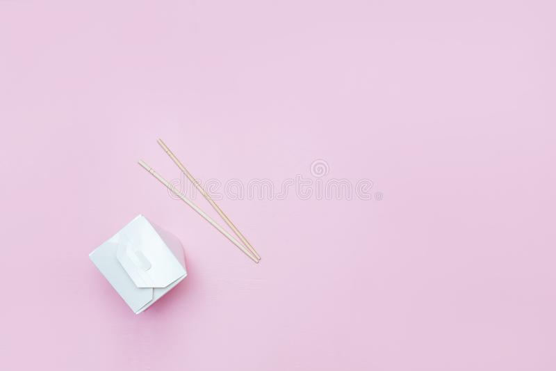 中国面条的被打开的外带的箱子提出与筷子,在桃红色背景零售集合flatlay copyspace 库存图片