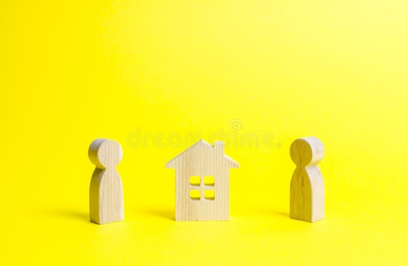 中间两个人和一个木房子 在家辅助部件的争执,诉讼 权利在物产和右边 库存照片