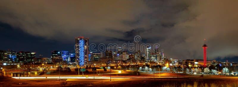 丹佛街市全景在冬天晚上 免版税库存图片