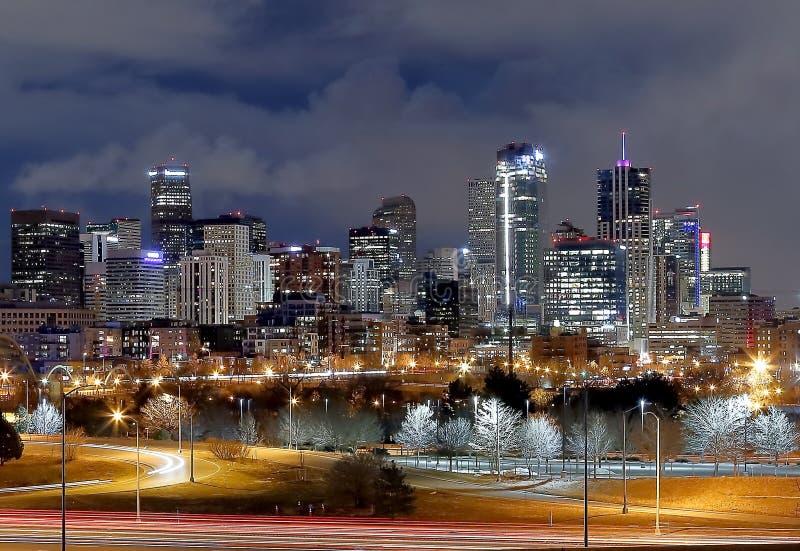 丹佛街市全景在冬天晚上 免版税库存照片