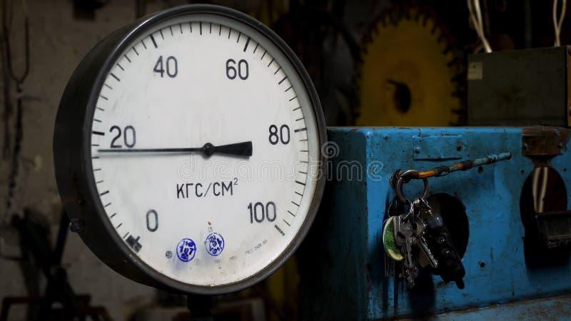 为压力表,在工厂的测量仪器关闭  有摇摆箭头的测压器和一个钥匙串 库存照片