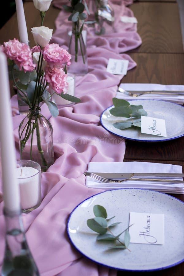 为结婚宴会布置的花梢桌 免版税库存照片