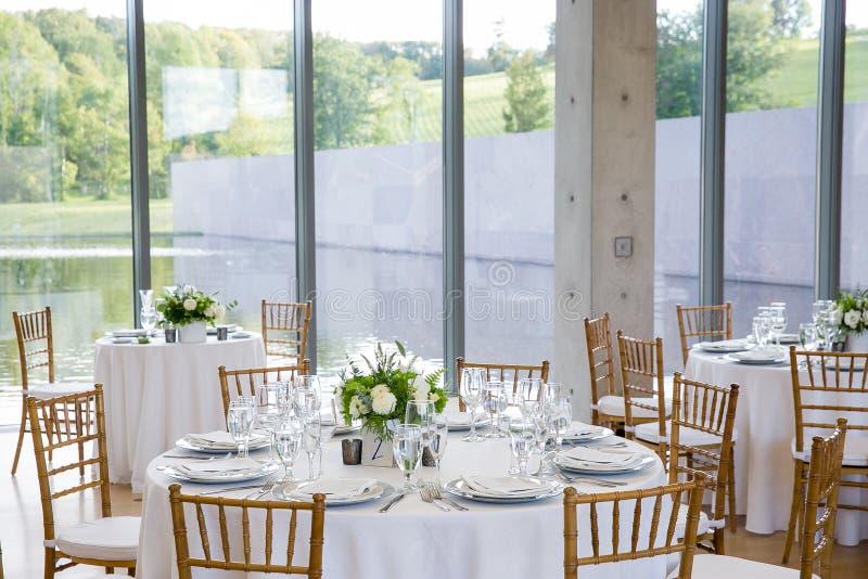 为罚款布置的婚姻的桌用餐在一个花梢承办宴席的事件-婚礼桌系列 免版税库存照片