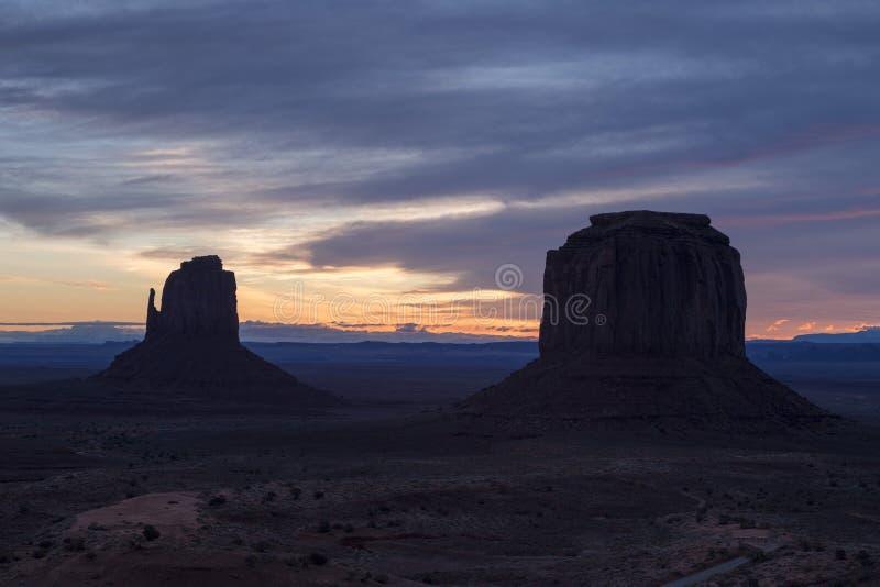 东方手套和梅里克小山在日出的纪念碑谷那瓦伙族人部族公园 图库摄影