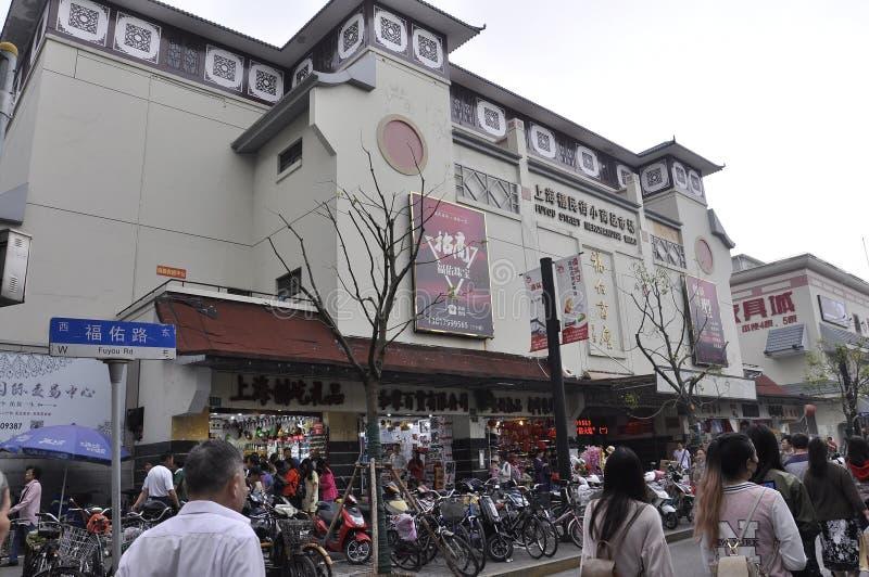 上海,第2可以:从上海街市的小商店大厦  库存照片
