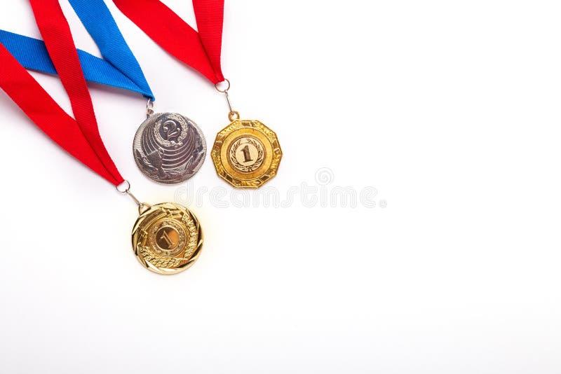 与丝带的金和银牌在白色背景 免版税图库摄影