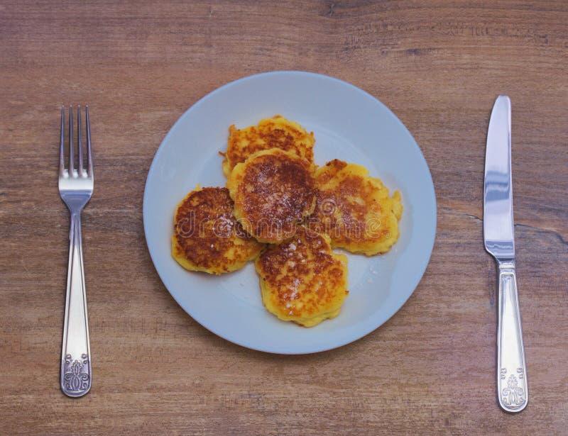 与与叉子和刀子的乳酪薄煎饼 免版税库存照片