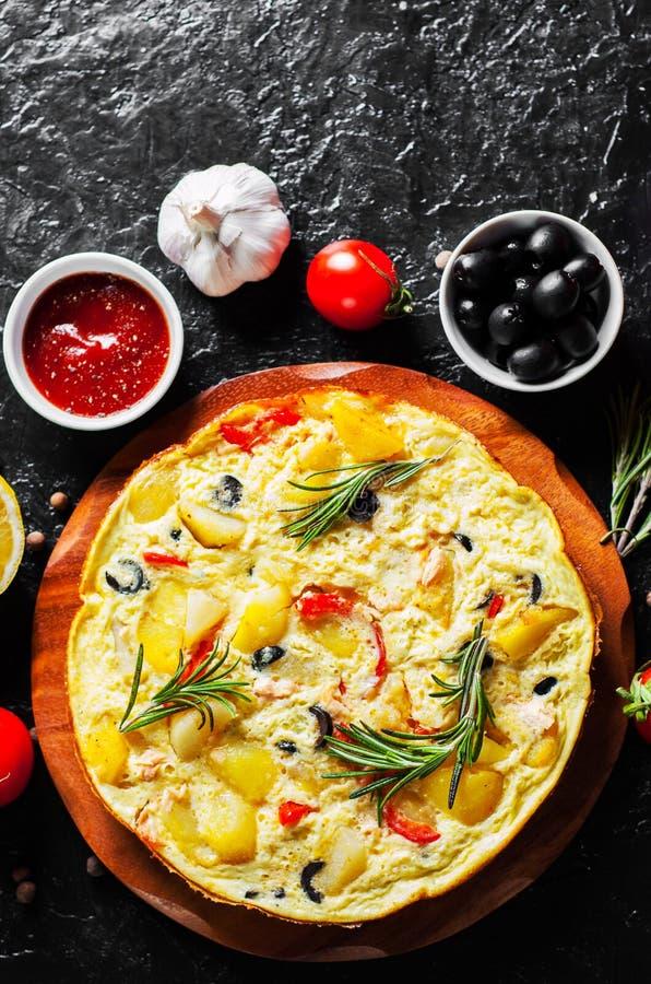 与三文鱼鱼、菜和橄榄的煎蛋卷在板材 库存照片
