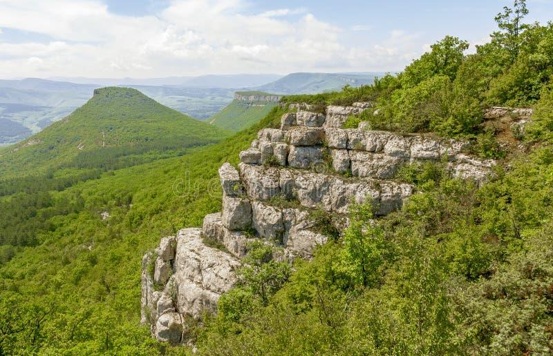 与一个平台的石土坎观看的风景和山以金字塔的形式 免版税库存照片