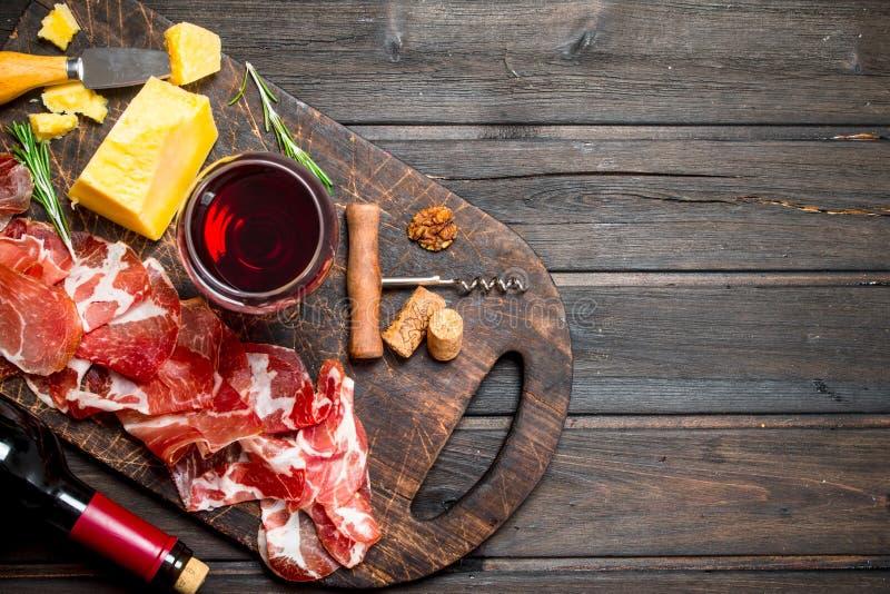 与一杯的西班牙火腿红酒 图库摄影