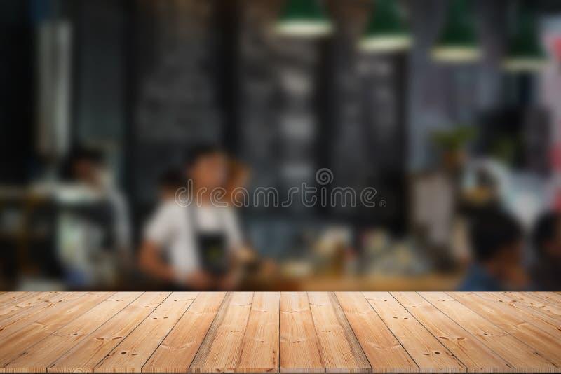与人迷离的木台式咖啡馆或咖啡馆的 免版税库存图片