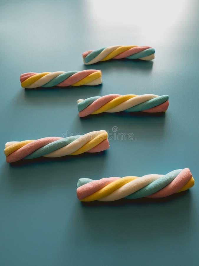 与云彩形状的糖果在蓝色背景 免版税库存图片