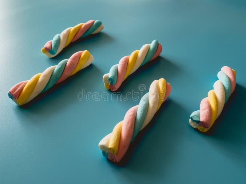 与云彩形状的糖果在蓝色背景 免版税图库摄影