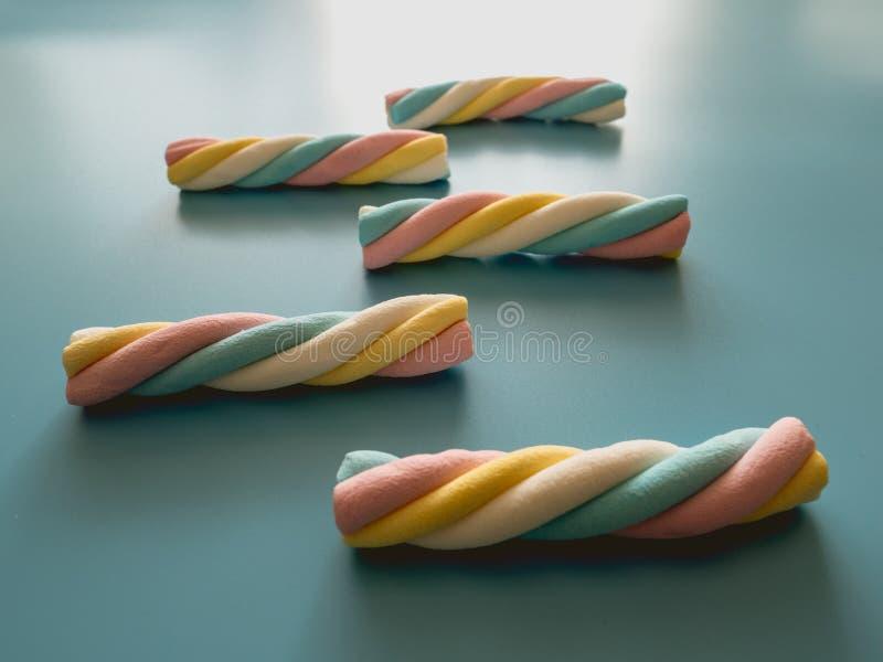 与云彩形状的糖果在蓝色背景 免版税库存照片