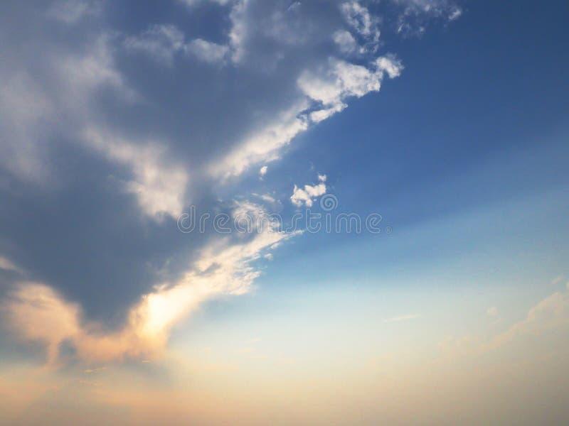 与云彩和光束的天空 免版税图库摄影