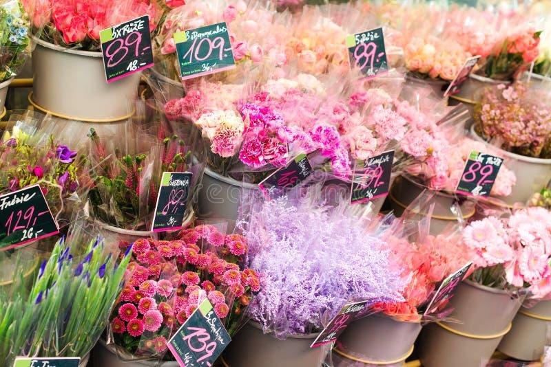 与五颜六色的花束的花店 花架户外 街道开花市场 新鲜的五颜六色的花 花交付, 免版税库存照片
