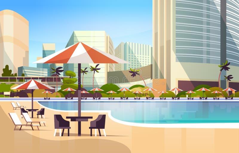与伞书桌和椅子餐馆家具的豪华城市旅馆游泳场手段在暑假附近 皇族释放例证