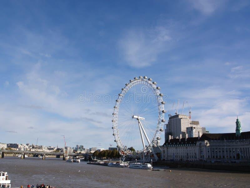 与天空蔚蓝和好的天气的伦敦眼睛 库存图片