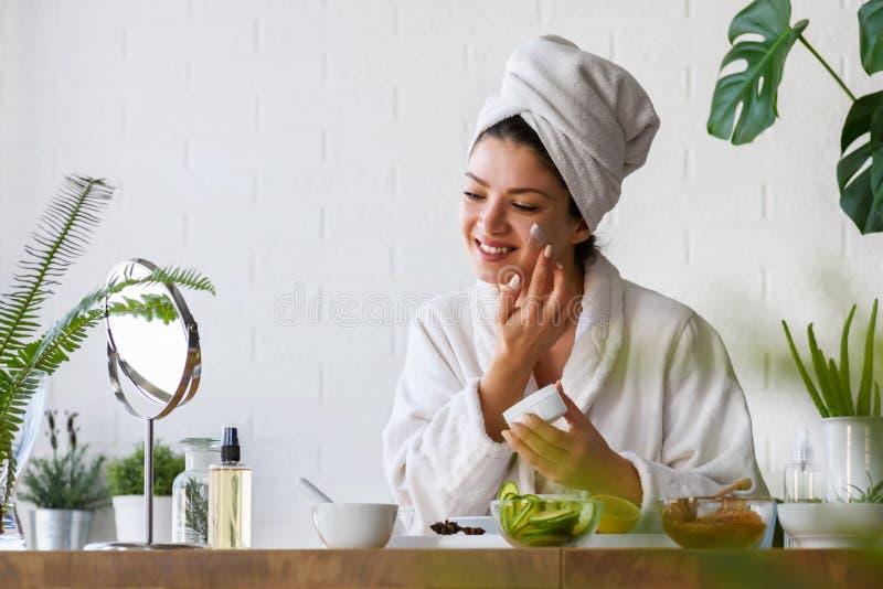 与天然化妆品的年轻女人清洗的面孔 清洗新护肤 图库摄影