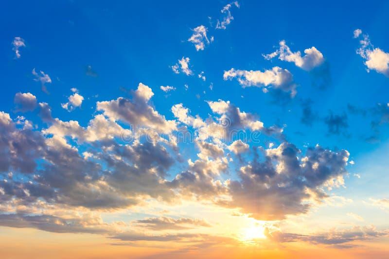 与太阳、太阳光芒和五颜六色的云彩的庄严日出日落天空 库存图片