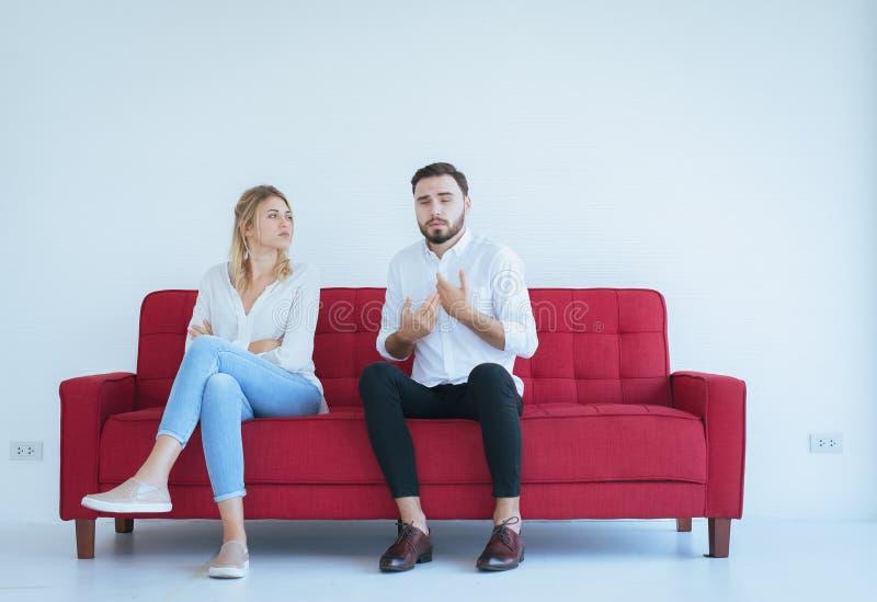 与妻子冲突和乏味的夫妇在客厅,消极情感的丈夫争吵 免版税图库摄影