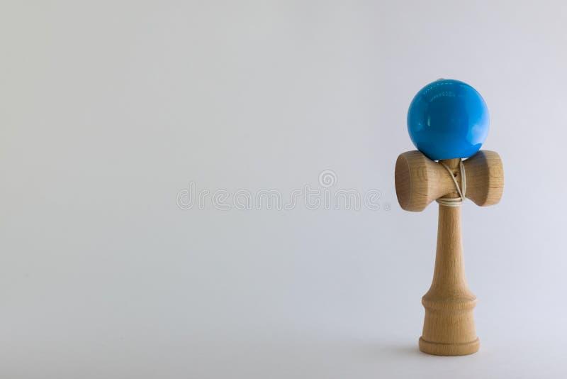 与小球和杯子玩具的简单的白色背景 免版税库存照片