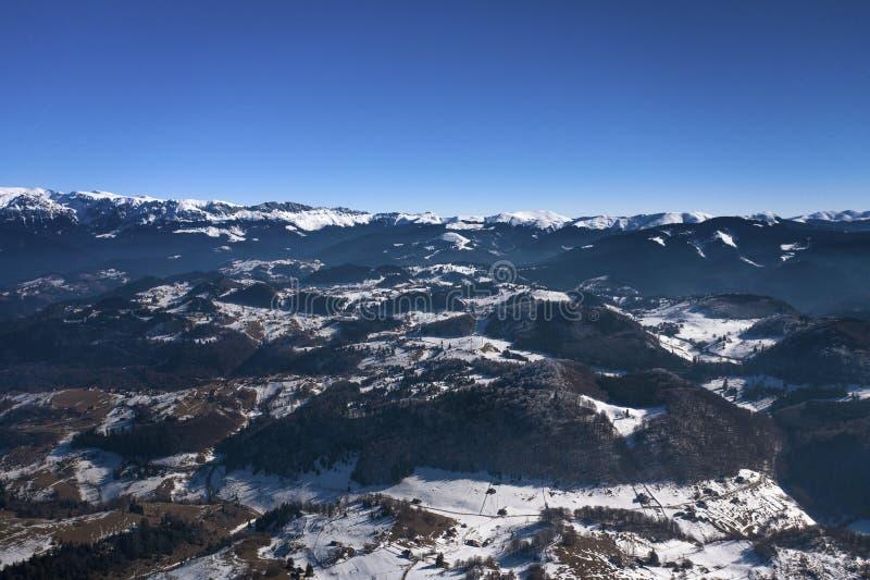 与山脉的冬天风景 库存图片