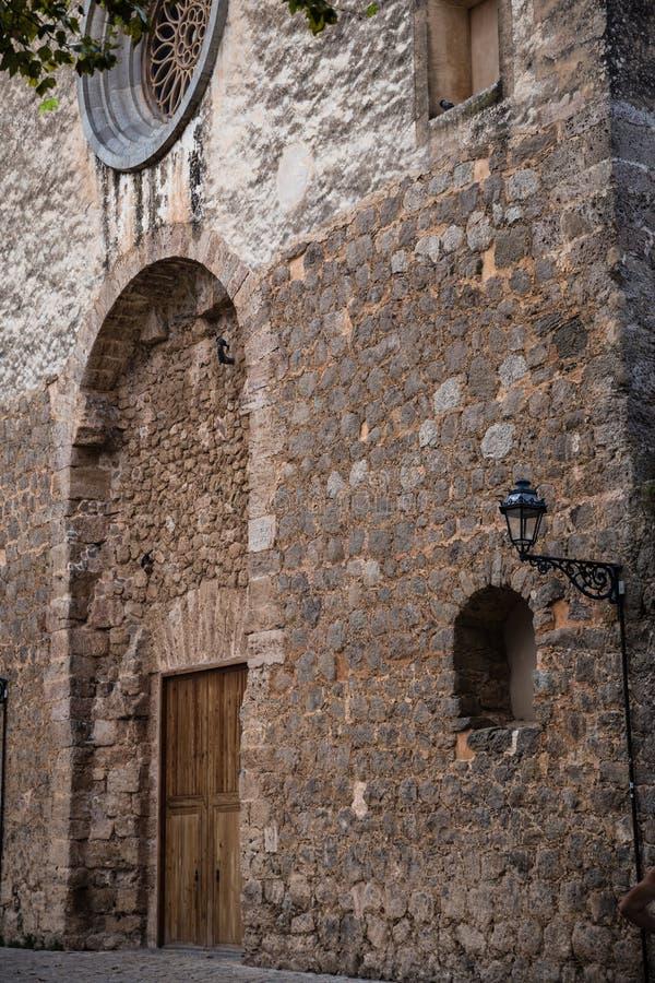 与巨型的木门的被成拱形的适当位置 免版税库存照片