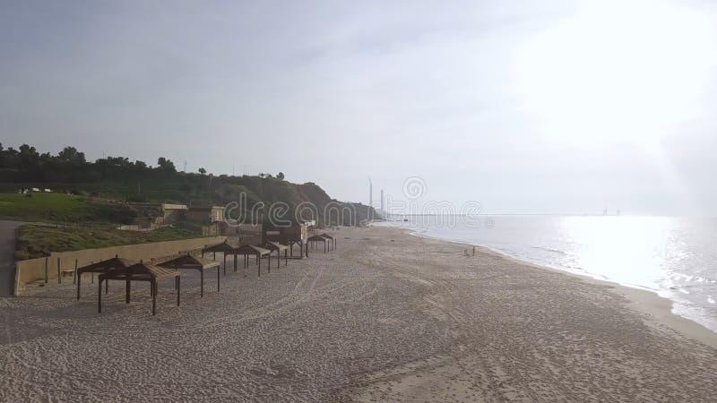 与基础设施淡季基础设施的空的海滩,在公园附近 库存照片