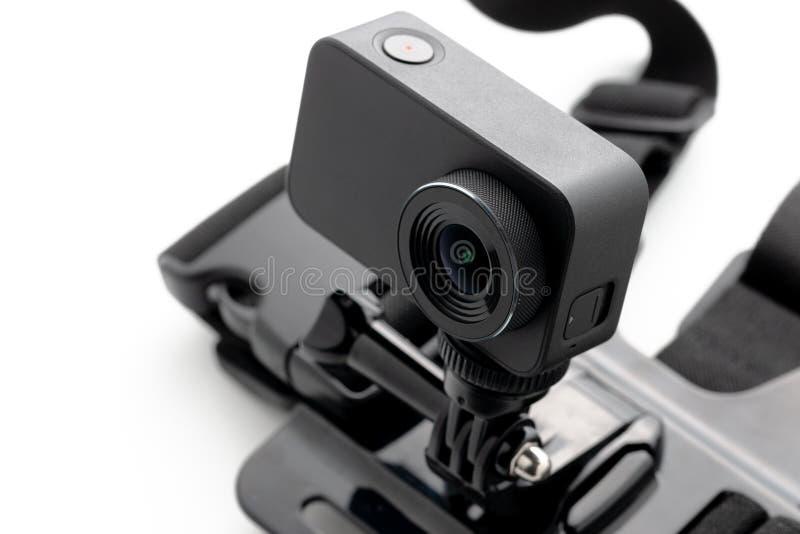 与在白色背景隔绝的胸口登上的极端行动照相机 照相机为英尺长度4k电影、体育和国内生活 免版税库存图片