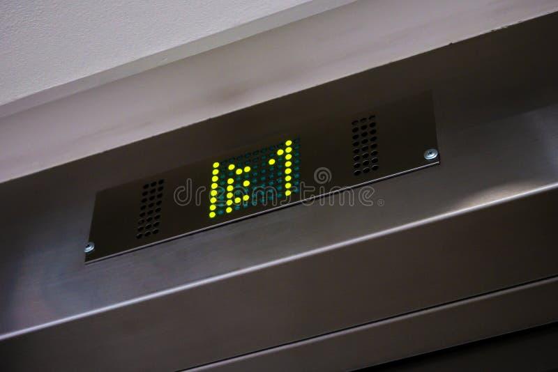 与地板第一的电子LCD电梯显示 库存照片