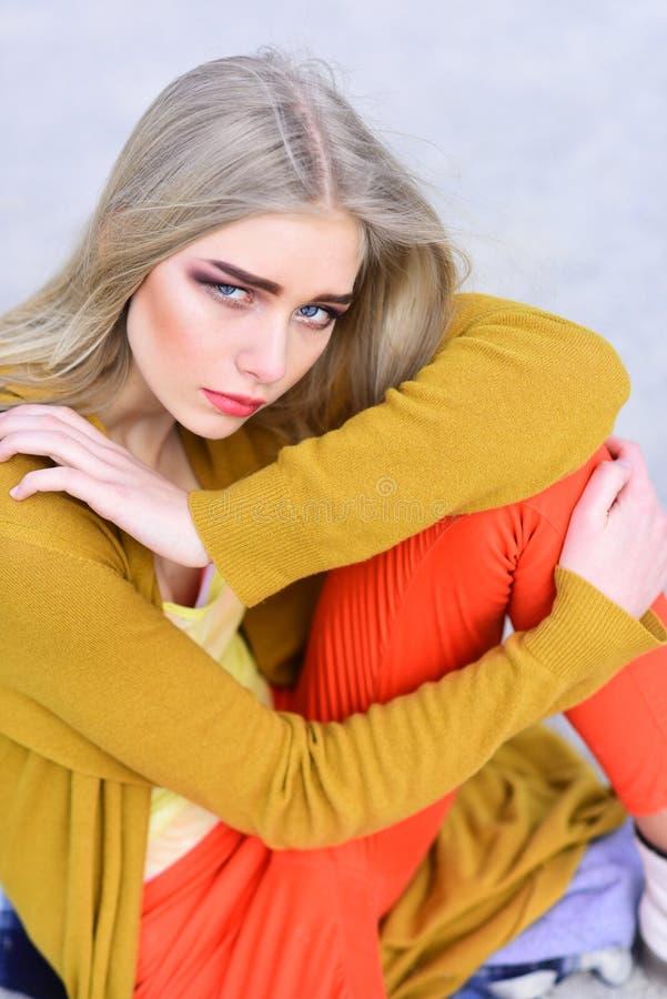 与厚实的眼眉和脸红的面颊的特写镜头白肤金发的模型坐地板 r 免版税库存照片
