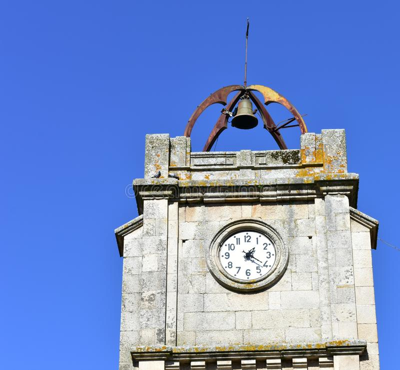 与响铃的钟楼在上面和天空蔚蓝 圣玛丽亚la Church,韦兰,奥伦塞,西班牙市长 免版税库存图片