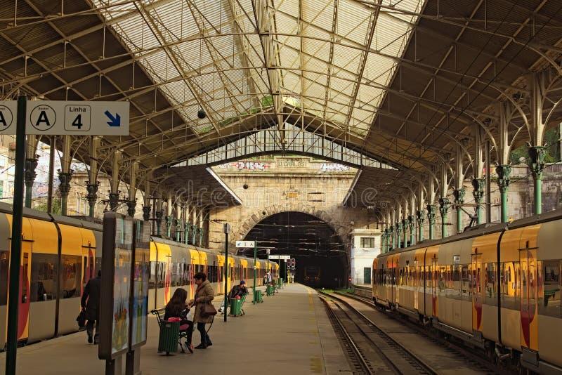 与典型的黄色火车的古老圣本托火车站在平台附近 免版税库存照片