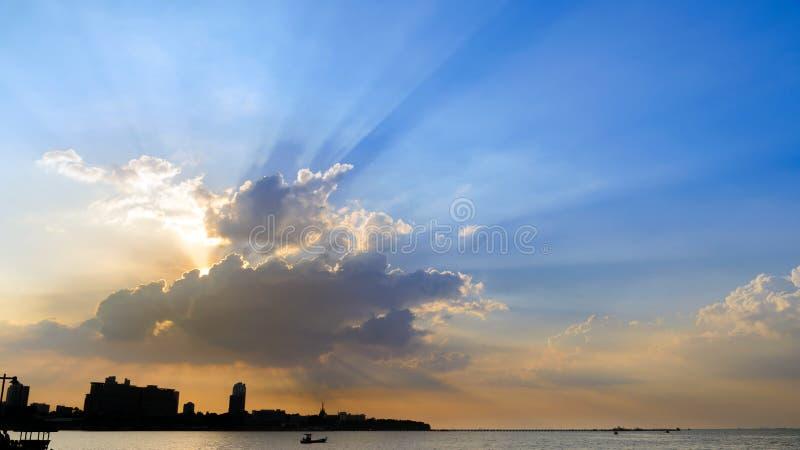与光线的剧烈的天空云彩在日落时间的城市 背景的自然风景 免版税图库摄影
