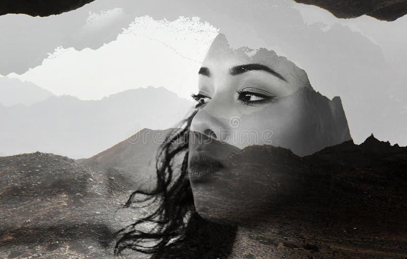 与棕色头发的美丽的年轻式样女孩面孔画象反对山风景,在黑进行的双重博览会,白色 图库摄影