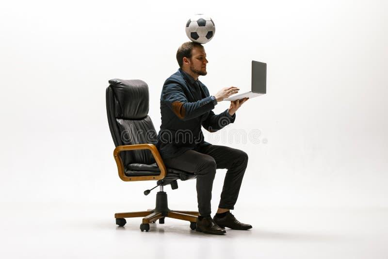 与橄榄球球的商人在办公室 免版税库存图片